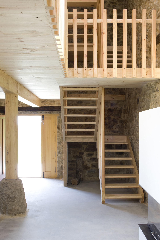 Dise o de casa r stica de piedra planos construye hogar for Plano escalera madera