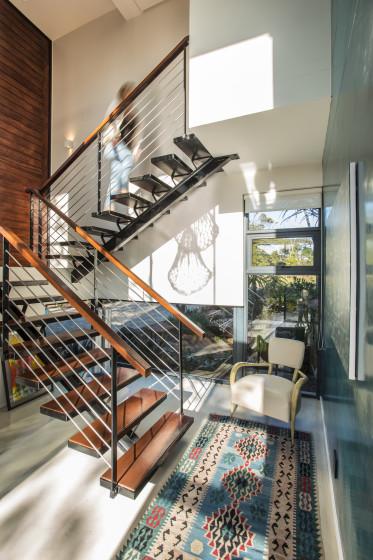 Diseño de escaleras moderna con peldaños de hierro