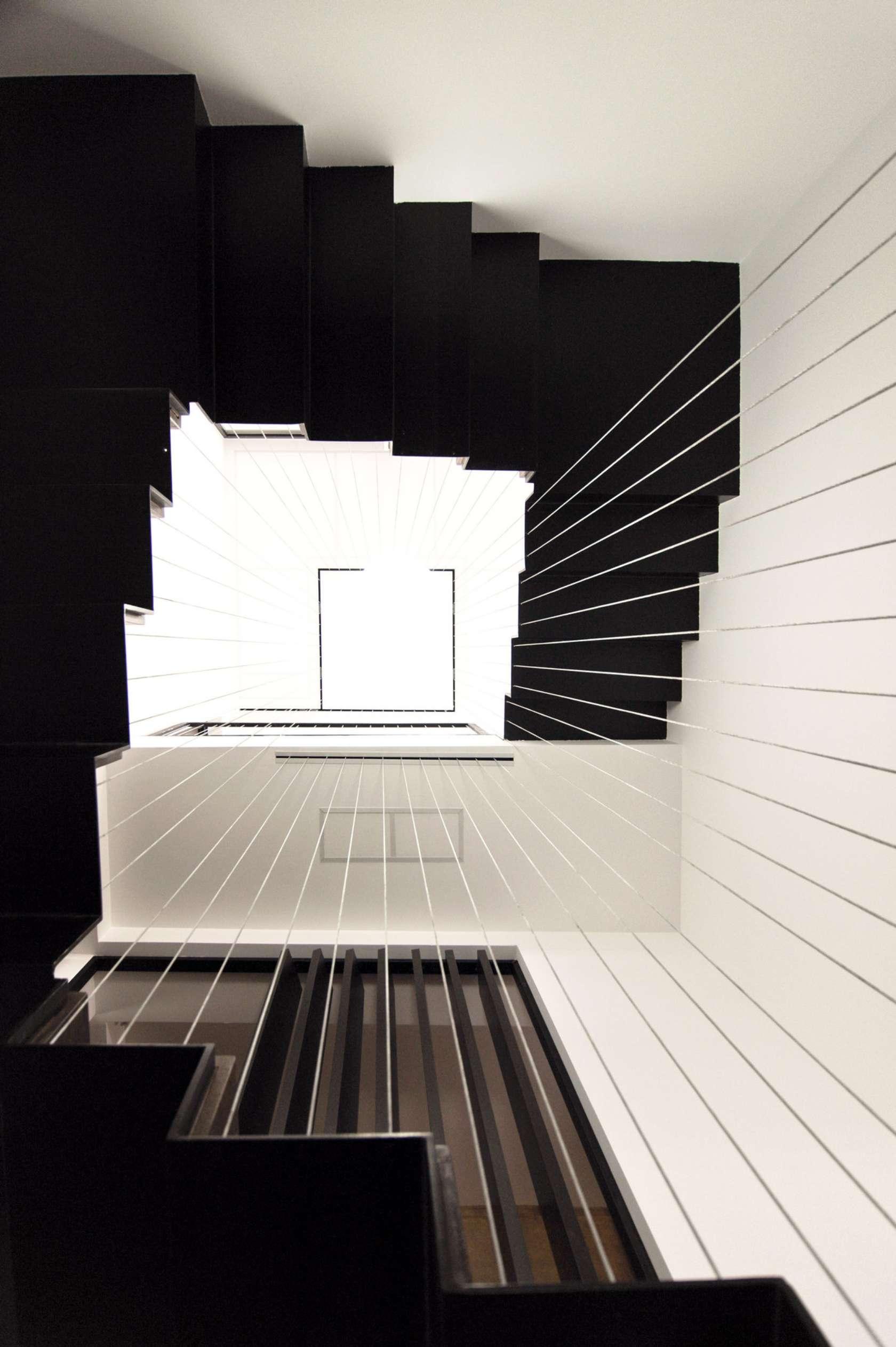Dise o de casa moderna de dos pisos fachadas y planos - Escaleras casas modernas ...