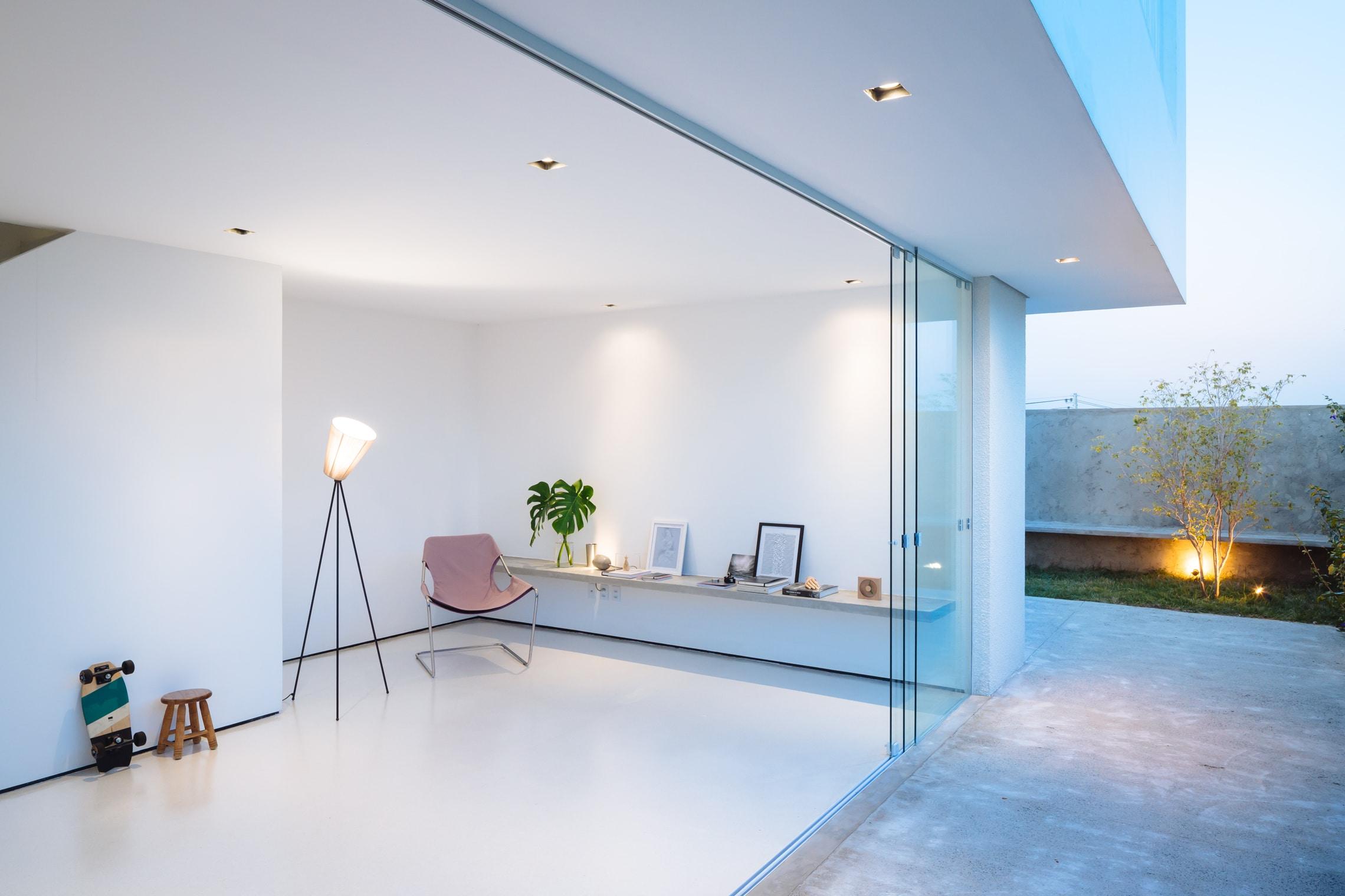 Sencilla casa de dos pisos con planos y dise o de interiores for Lampara de piso minimalista