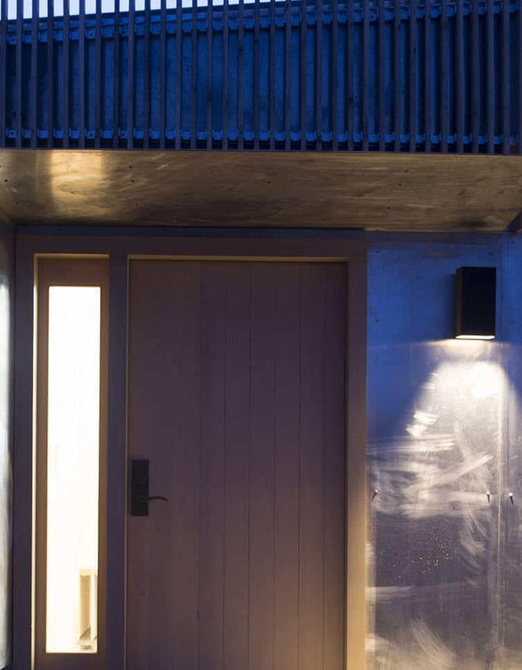 Plano de casa peque a con moderna fachada m s interiores for Puertas de madera de ingreso