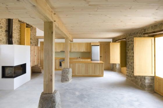 Diseño de interiores de casa de piedra y madera