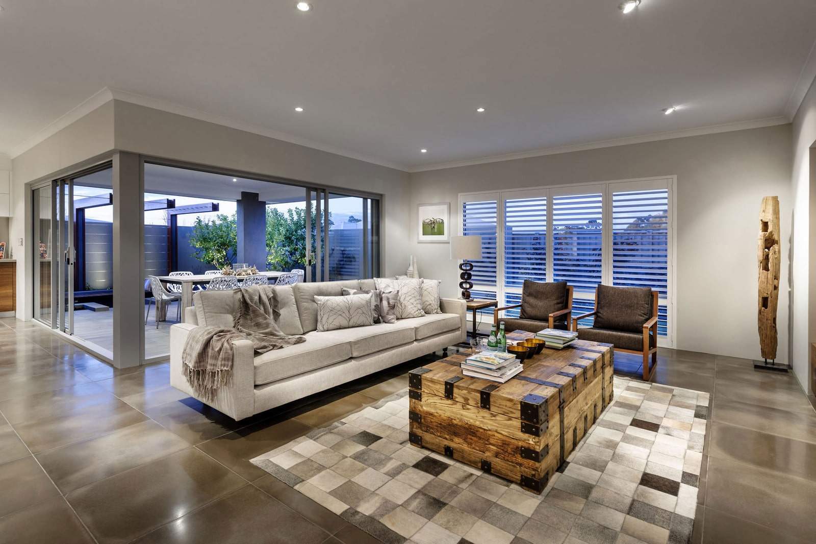 Dise o de casa moderna de dos pisos fachada e interiores for Fotos de interiores de casas modernas