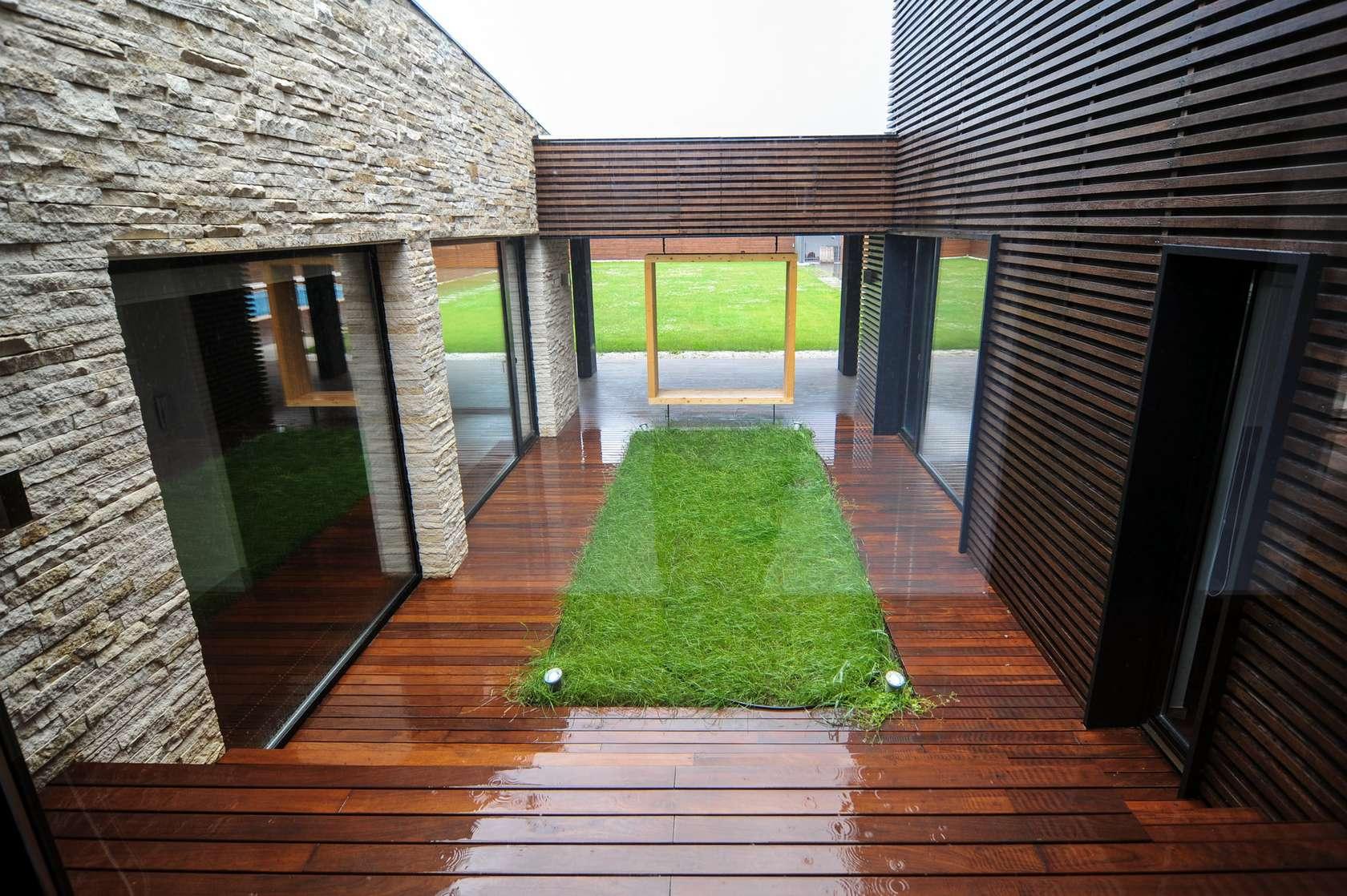 Dise o de casa moderna de dos pisos fachadas y planos for Jardines con madera y piedra