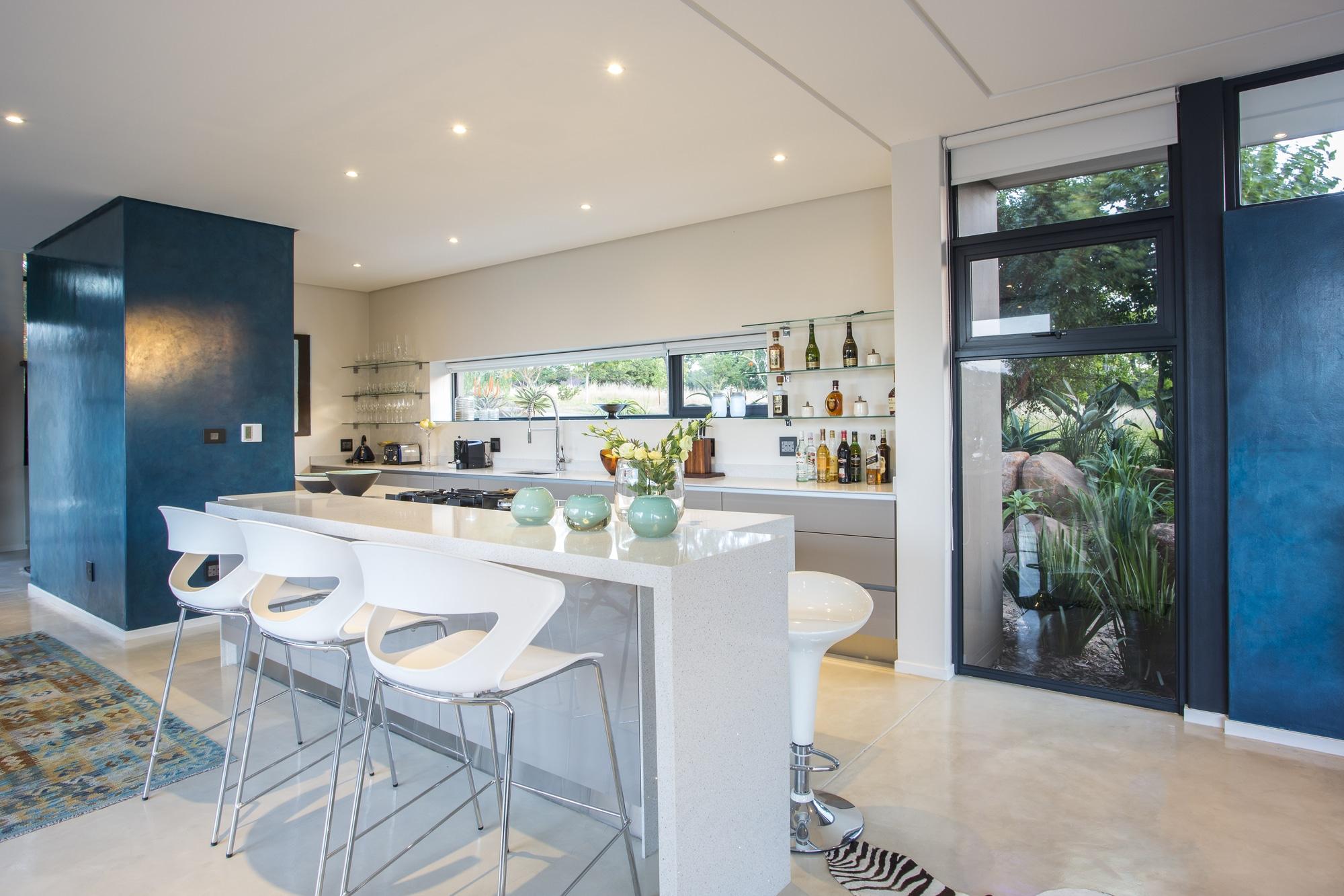 Casa moderna de dos pisos con planos construye hogar for Diseno de cocinas modernas con isla