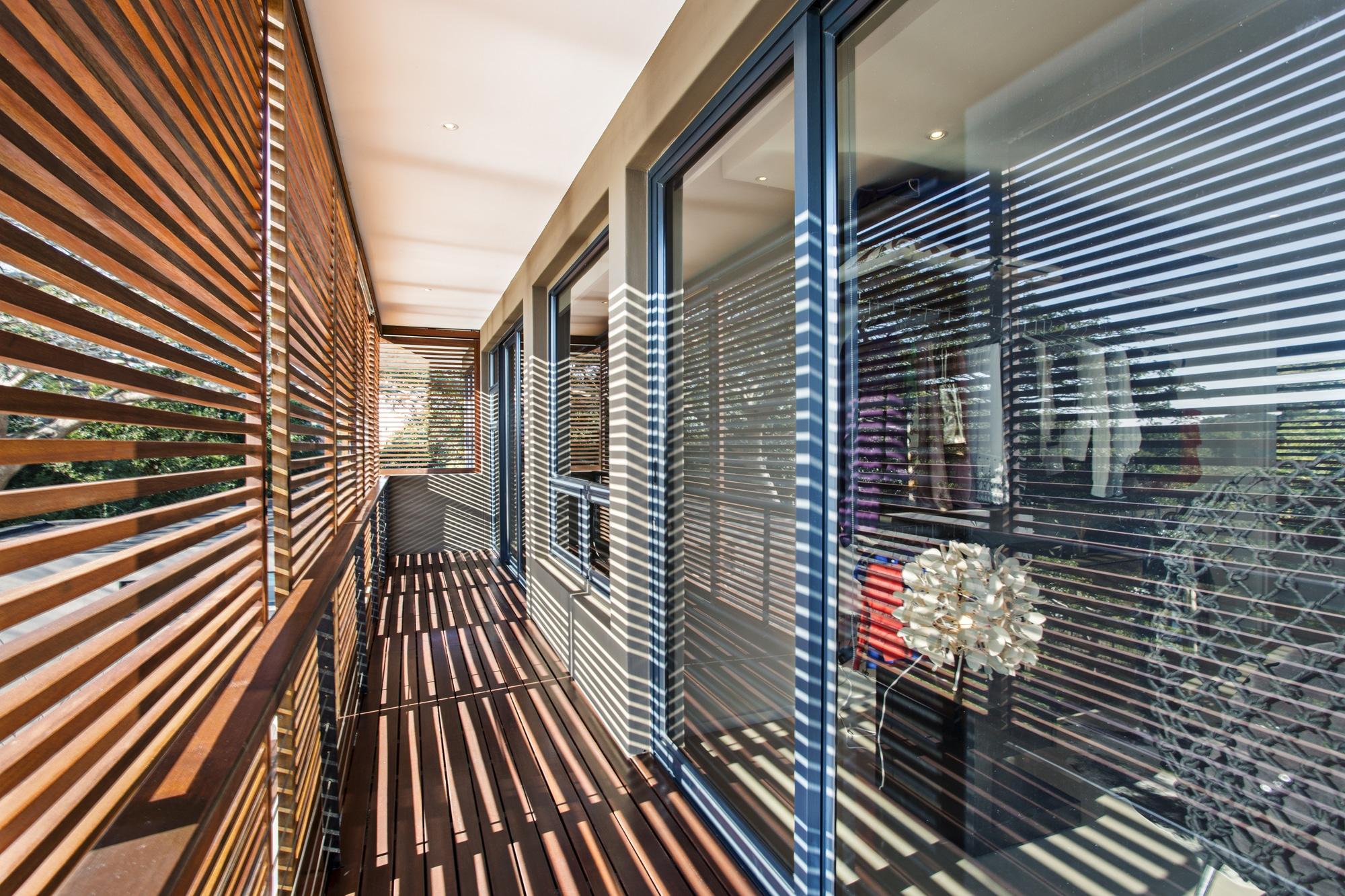 Casa moderna de dos pisos con planos - Persianas para balcones ...