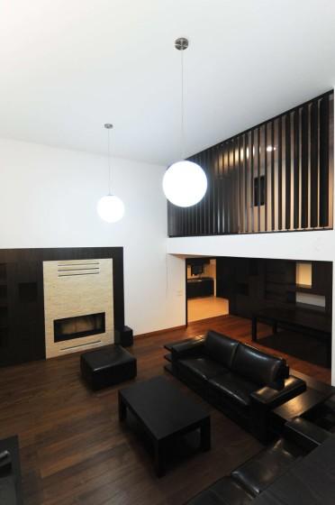 Diseño de sala con muebles negros