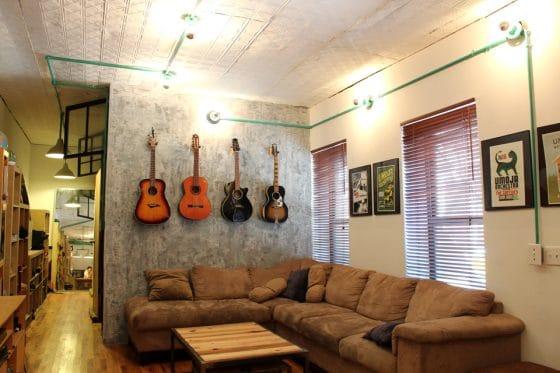 Diseño de sala de apartamento tipo industrial y juvenil