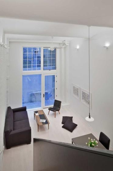Diseño de sala pequeña de apartamento con techo alto