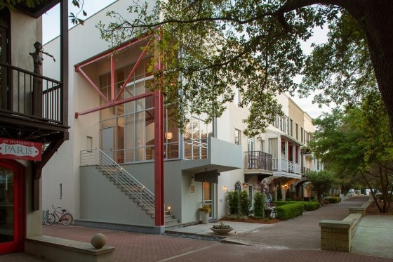 Fachada de casa de tres pisos moderna