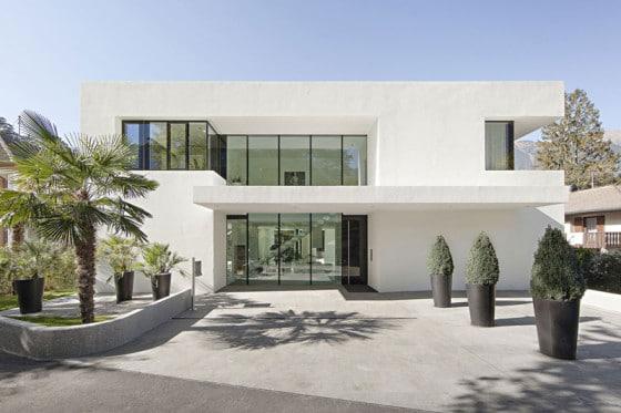 Fachada de casa de dos pisos moderna de color blanco