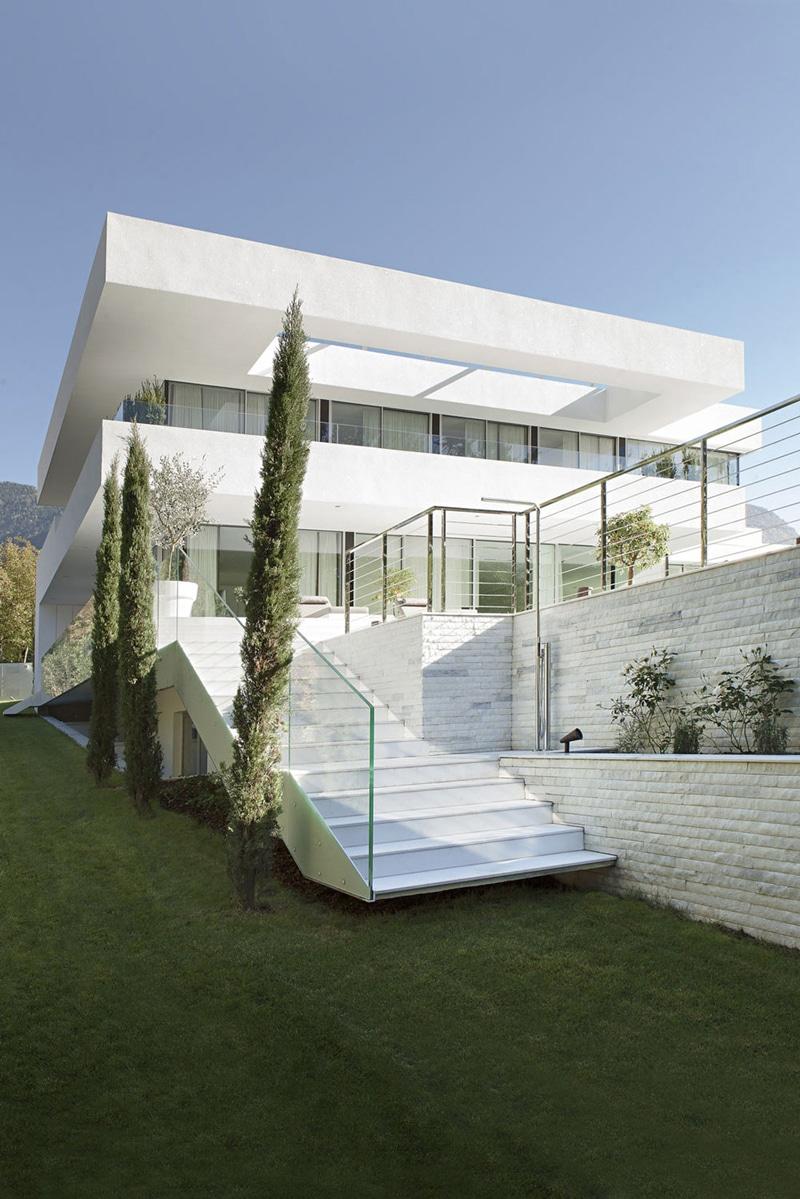 Moderna Casa De Dos Pisos Con Piscina