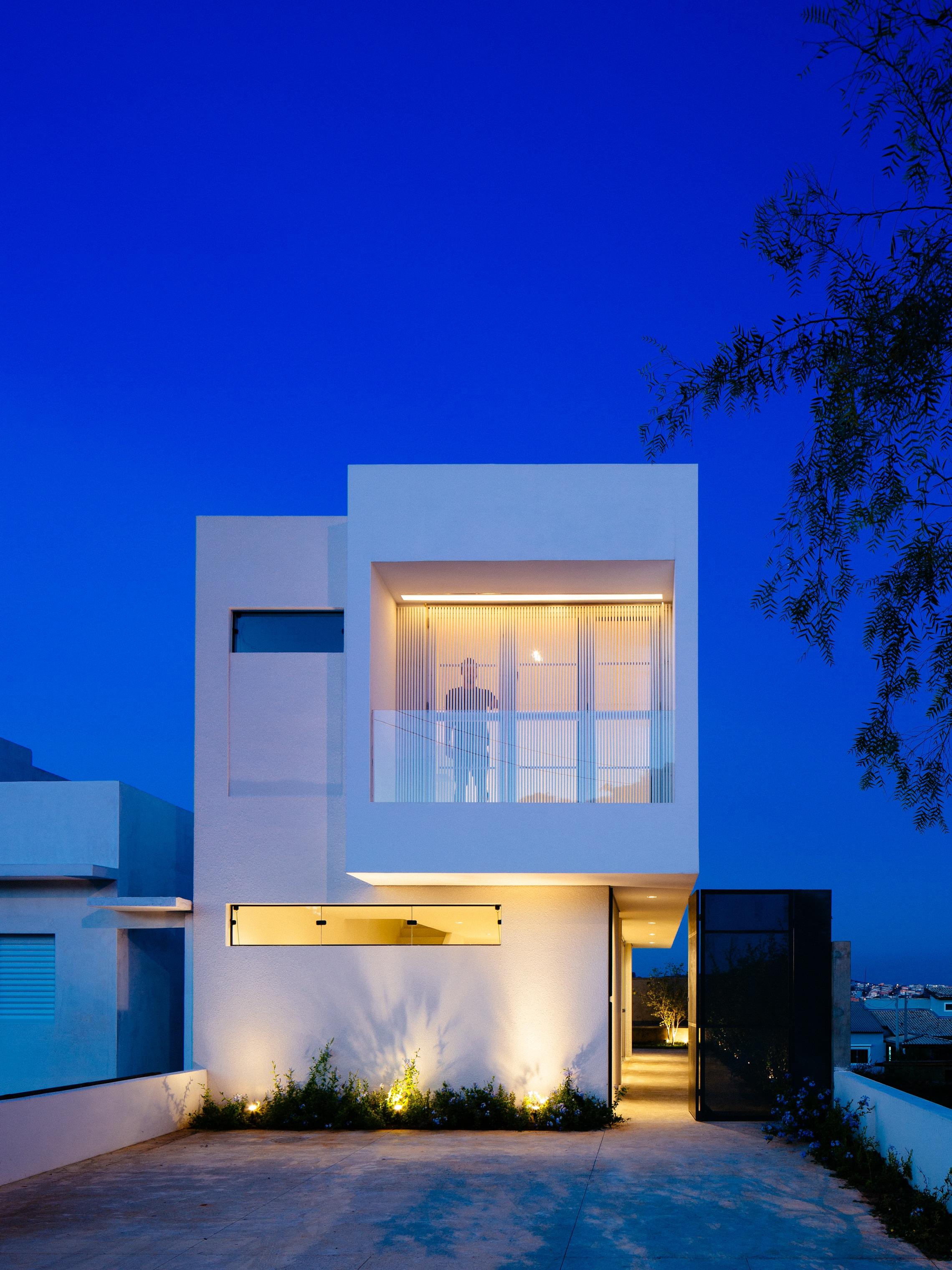 Sencilla casa de dos pisos con planos y dise o de interiores for Casa modelo minimalista