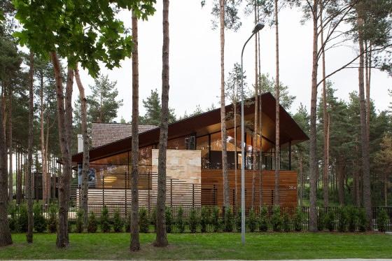 Fachada de casa moderna de campo de piedra y madera