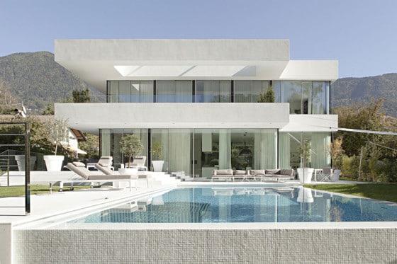 Fachada de moderna casa de dos pisos con piscina