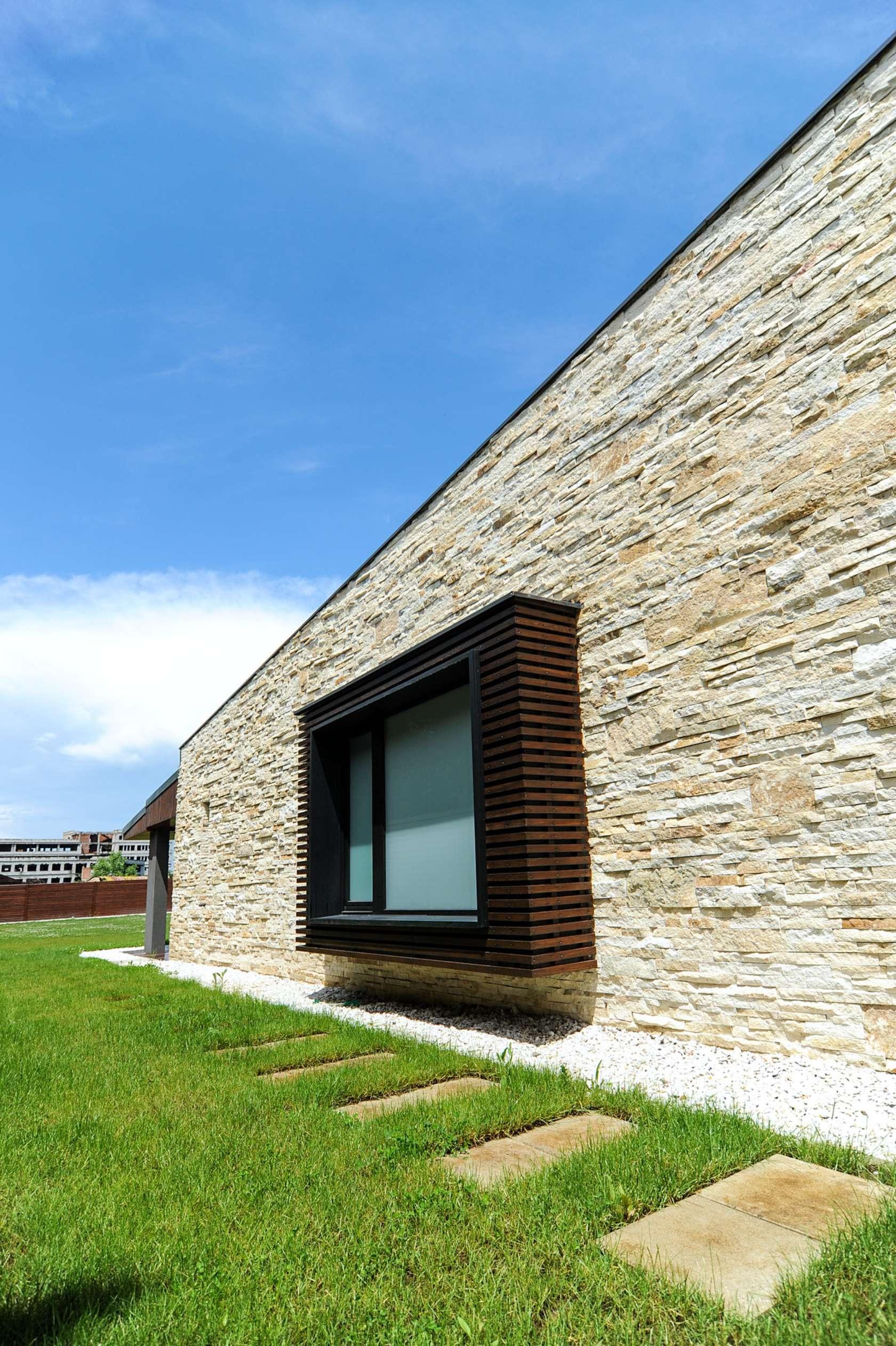 Dise o de casa moderna de dos pisos fachadas y planos for Casas modernas revestidas en piedra