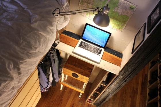 Laptop sobre pequeño escritorio dentro de habitación