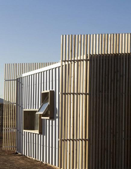 Modelo de casa con paneles de aluminio y madera
