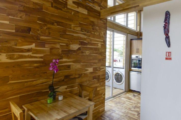 Dise o de casa peque a de madera autosustentable - Paredes en madera ...