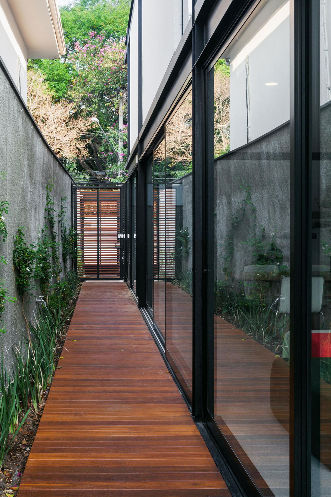 Dise o de casa larga y angosta con planos y fachada inlcuida for Diseno de casas angostas
