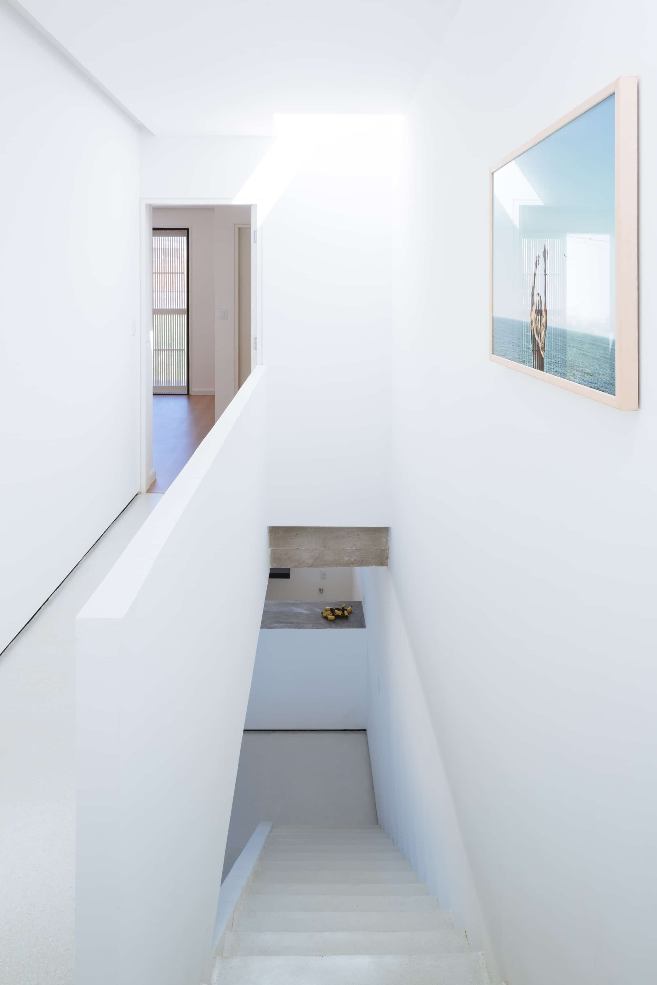 Sencilla casa de dos pisos con planos y dise o de for Escaleras para tres pisos