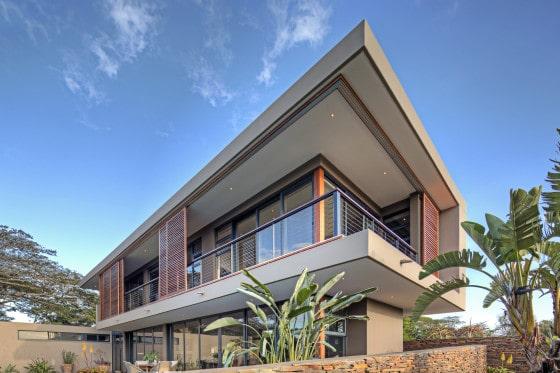 Perspectiva posterior de casa moderna de dos pisos