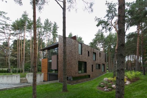 Perspectiva de moderna casa de campo de dos pisos