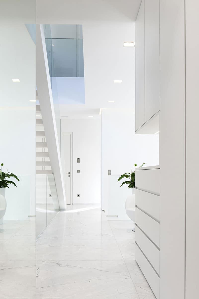 Moderna casa de dos pisos con piscina construye hogar for Escaleras para casas de dos pisos