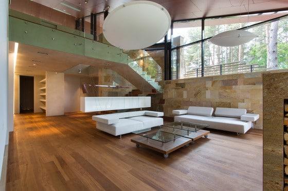 Vista de sala con techo a doble altura