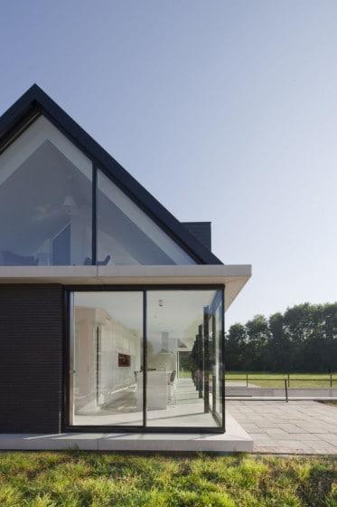 Casa con ventanales de un piso mas buhardilla