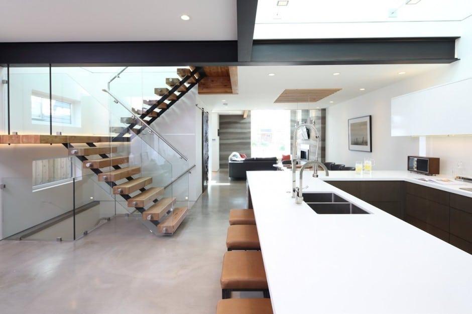 Fachada de casa moderna de dos pisos y dise o de interiores for Interior de la casa de madera moderna