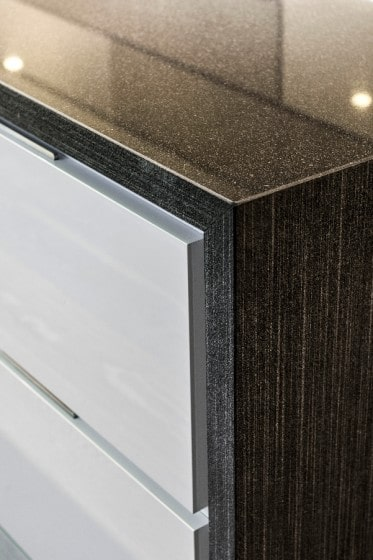 Detalles de acabados de madera de muebles de cocina