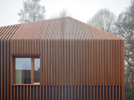 Detalles de varillas de madera en fachada de casa