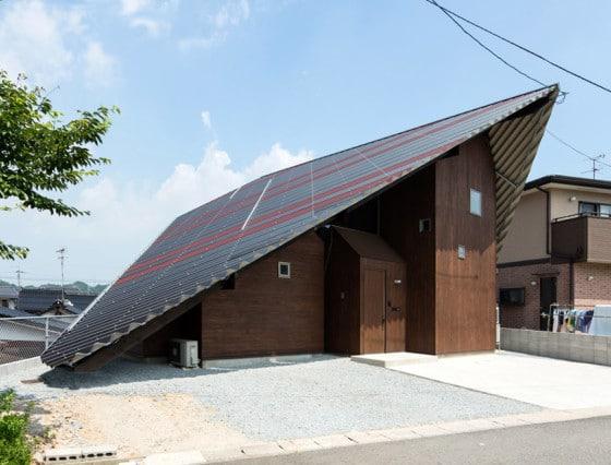 Diseño de casa con techo protector de lluvia a dos aguas
