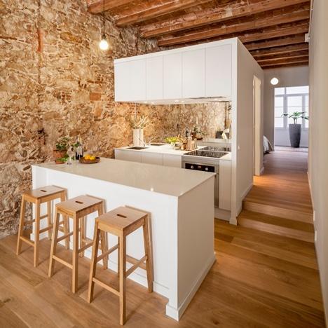 Diseño de cocina con isla color blanco de departamento