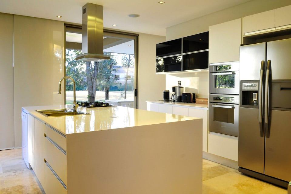 Planos de casa moderna de dos plantas fachada e interiores for Interior cocinas modernas