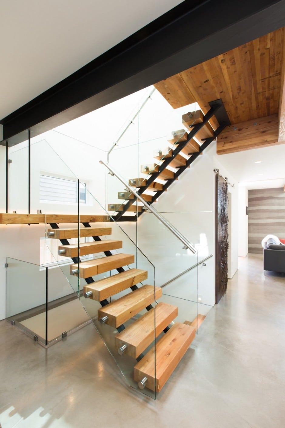 Fachada de casa moderna de dos pisos y dise o de for Como hacer una escalera de madera para segundo piso