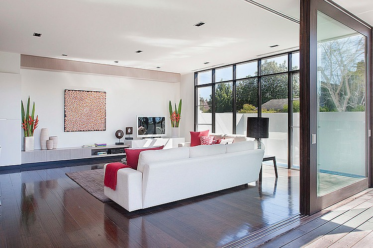Dise o de casa moderna en esquina fachada e interiores for Disenos de casas sala comedor