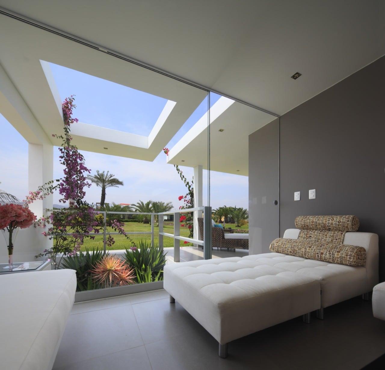 Dise o de casa de una planta con s tano y terraza piscina for Terrazas internas