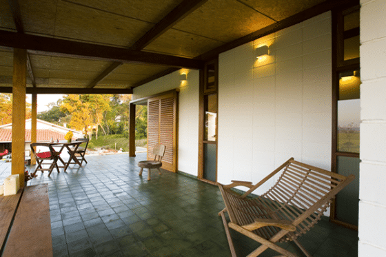 Diseño de terraza rústica de pequeña casa de campo