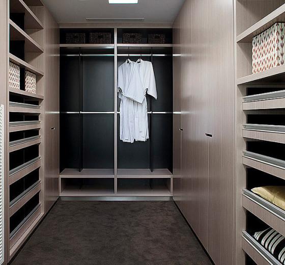 Diseño de walk in closet en cuarto de baño