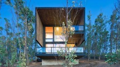Photo of Diseño de casa moderna de dos pisos construida en madera y con ventanales en la fachada principal