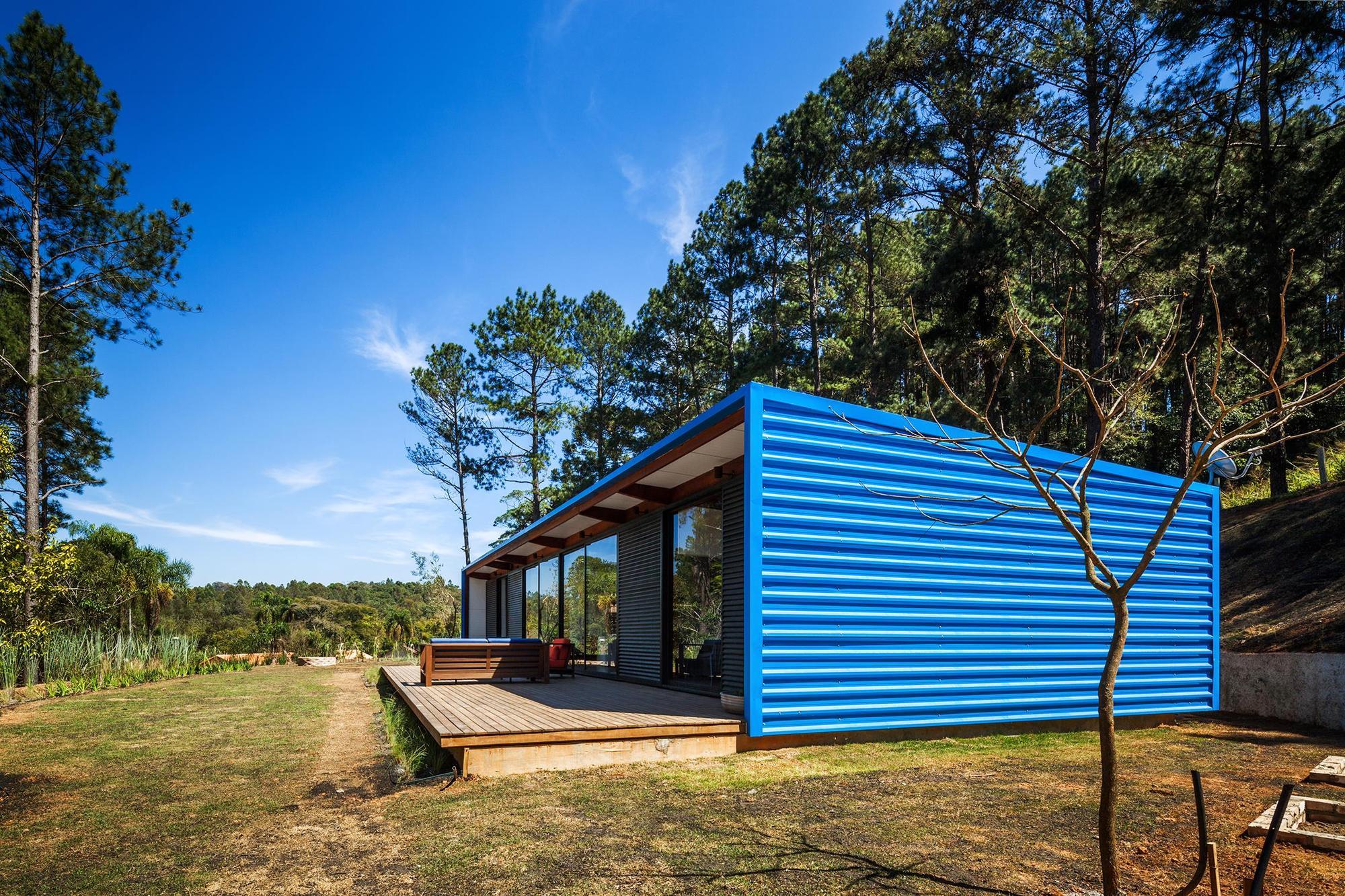 Dise o de casa peque a moderna fachadas y planos for Modelos de techos metalicos para casas