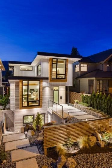 Fachada de moderna casa de dos pisos más sótano