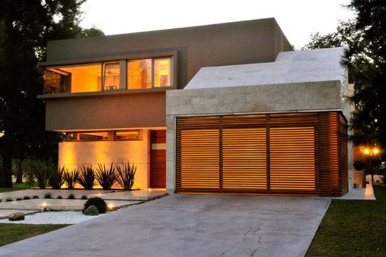Fachada de  moderna casa de dos plantas