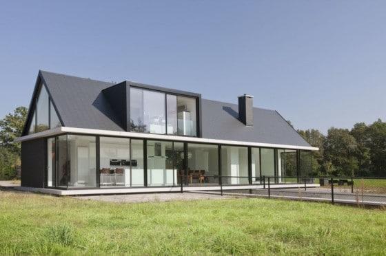Fachada de moderna casa de un piso con techo a dos aguas y sótano