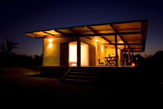 Fachada de  pequeña casa de madera prefabricada