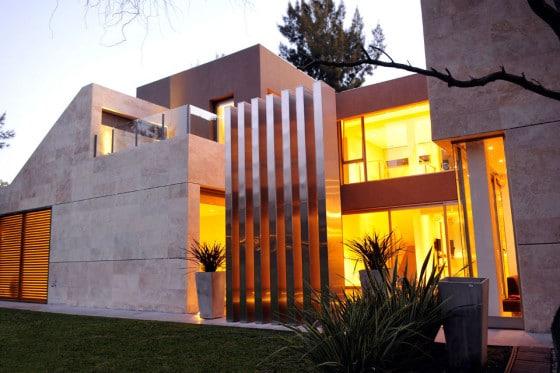 Fachada lateral de moderna casa de hormigón