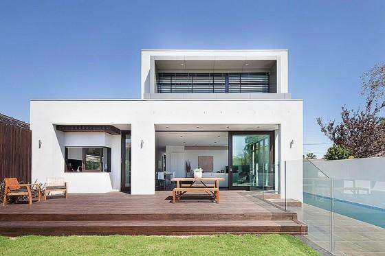 Fachada posterior de la moderna vivienda de dos pisos