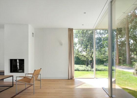 Sala moderna de casa de campo con chimenea